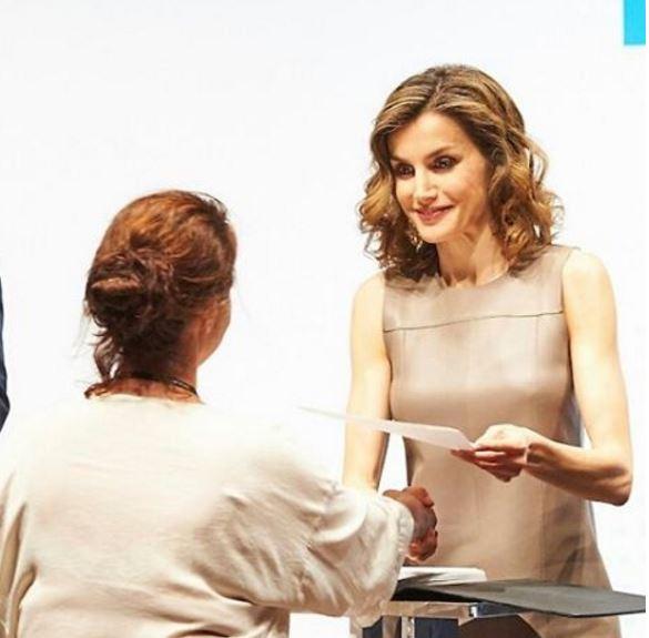 Letizia Ortiz look: tubino in pelle beige FOTO