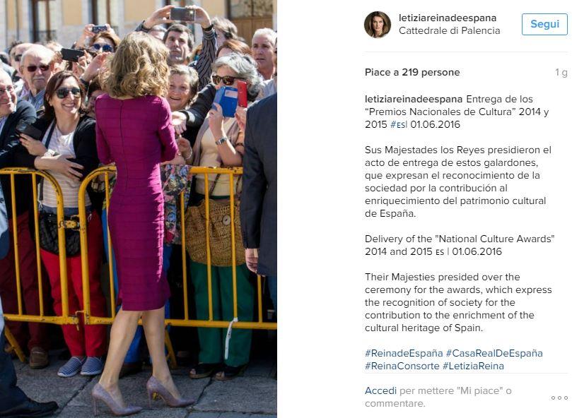 Letizia Ortiz look, abito aderente fucsia e tacchi FOTO