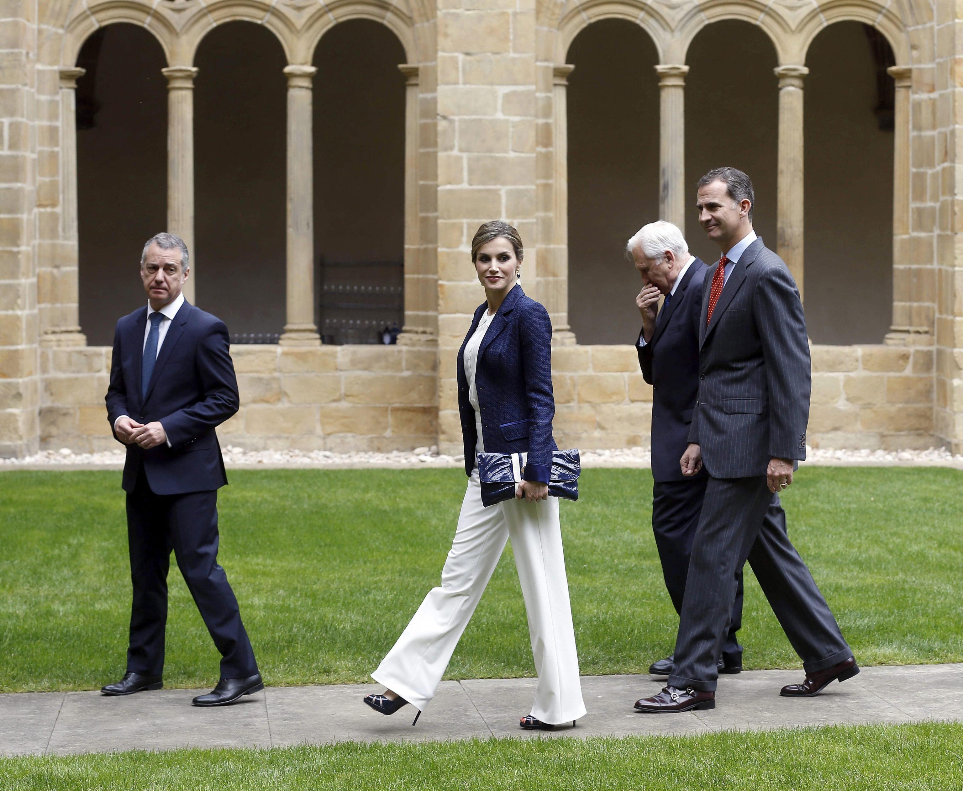 Letizia Ortiz look: pantaloni bianchi, giacca e chignon FOTO