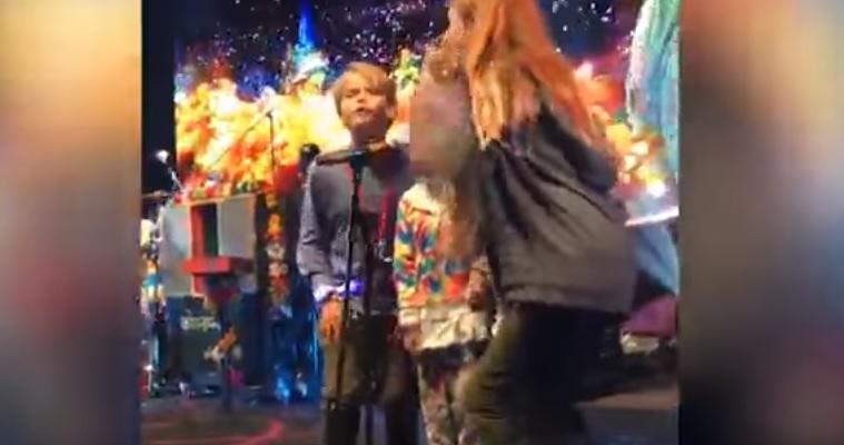 Gwyneth Paltrow con i figli sul palco dei Coldplay