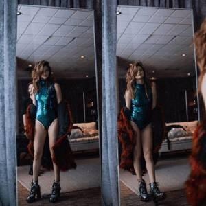 Selena Gomez sensuale con il body glitterato verde FOTO