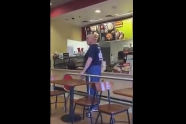 """Allatta al fast-food. Uomo la insulta: """"Sei disgustosa"""