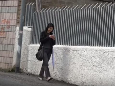 Virginia Raggi, look total black a passeggio per Roma FOTO