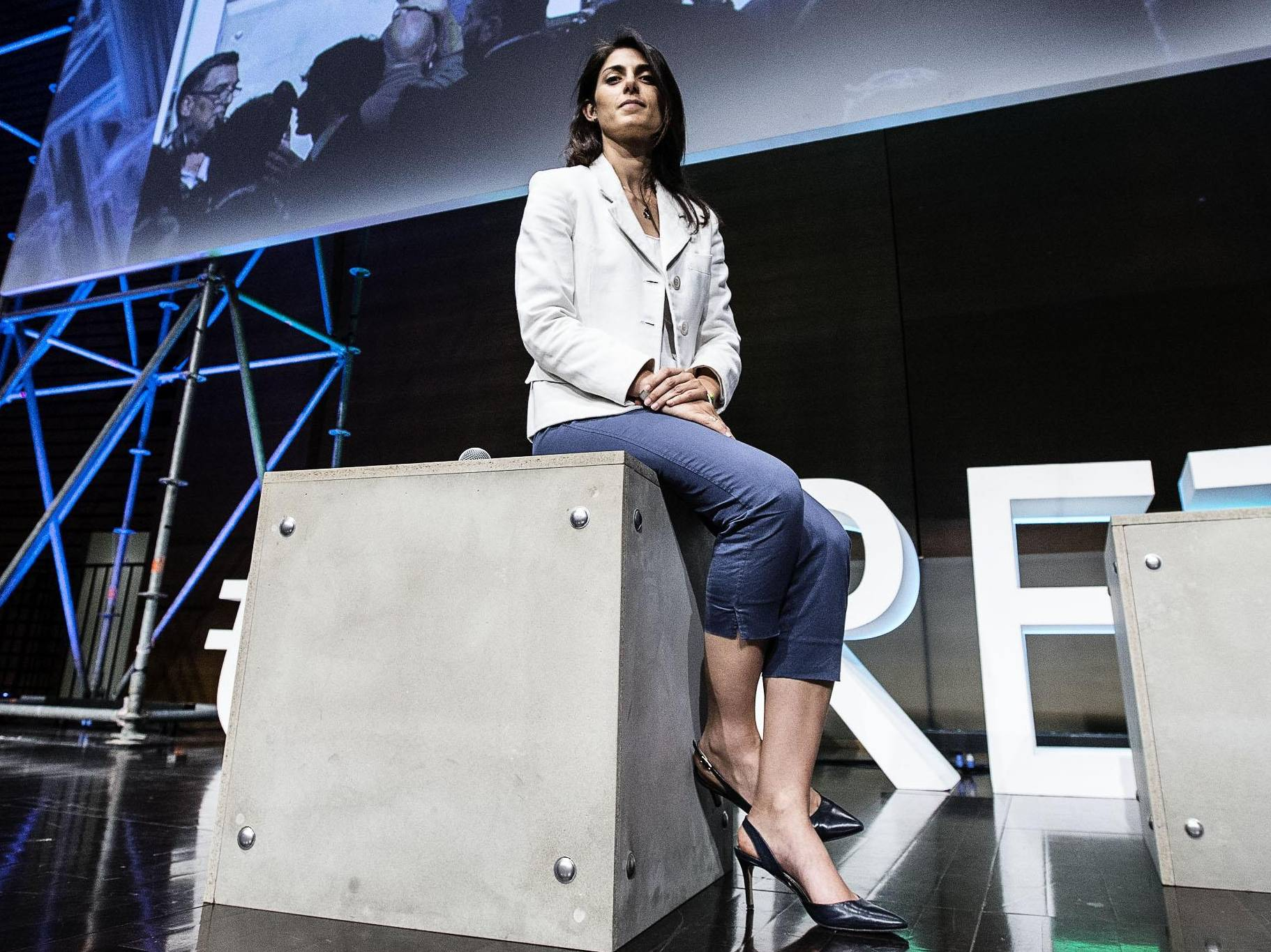 Virginia Raggi look: pantaloni aderenti e tacchi FOTO