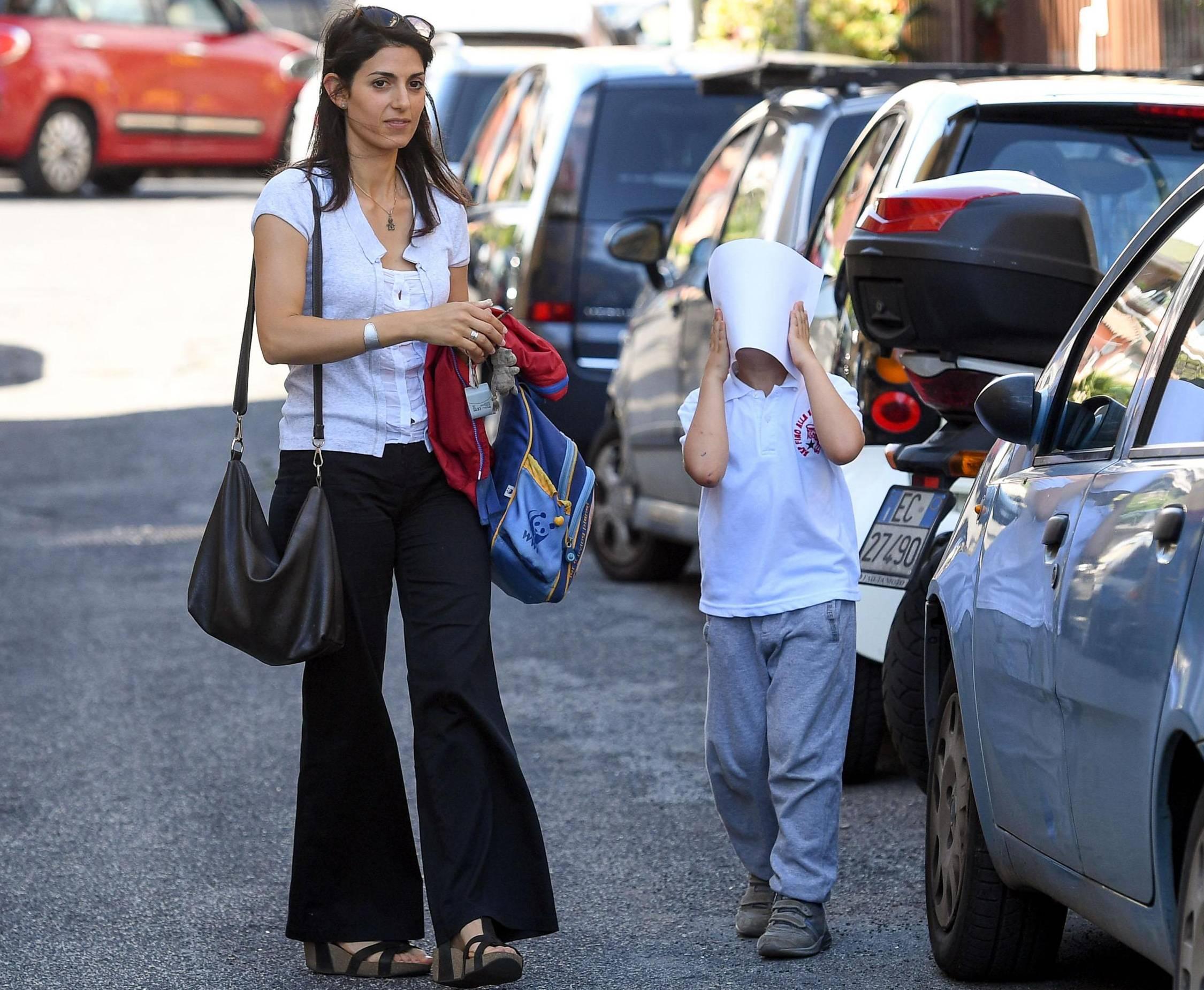 Virginia Raggi, casual look: t-shirt e pantaloni a campana FOTO