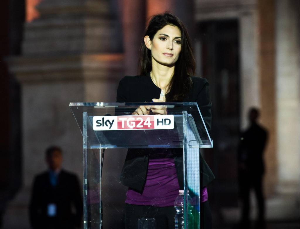 Virginia Raggi, pantaloni neri e blusa viola a Sky FOTO