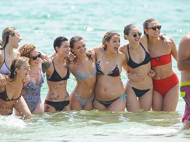 Gigi Hadid al mare con Taylor Swift