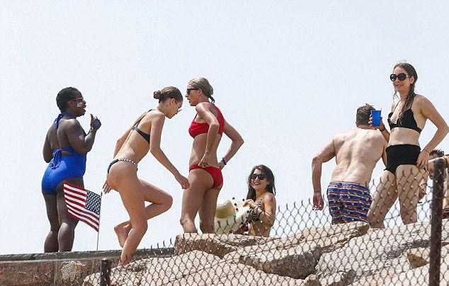 Gigi Hadid al mare con Taylor Swift2