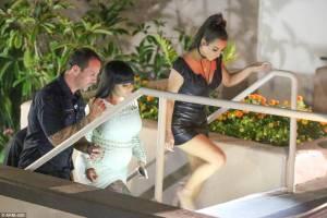 Kim Kardashian sempre più magra in abitino nero4