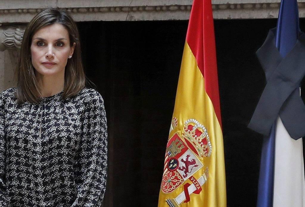 Letizia Ortiz casual: pantaloni neri e maglia a manica lunga FOTO