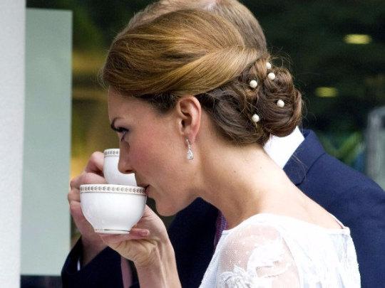 plutôt sympa En liquidation Style classique FOTO Kate Middleton: capelli chic con perle, VIDEO tutorial