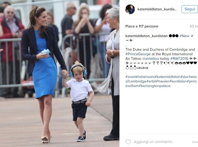 Kate Middleton con George: tubino blu elettrico FOTO