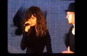 Selena Gomez, look super castigato sul palco: ecco perché VIDEO