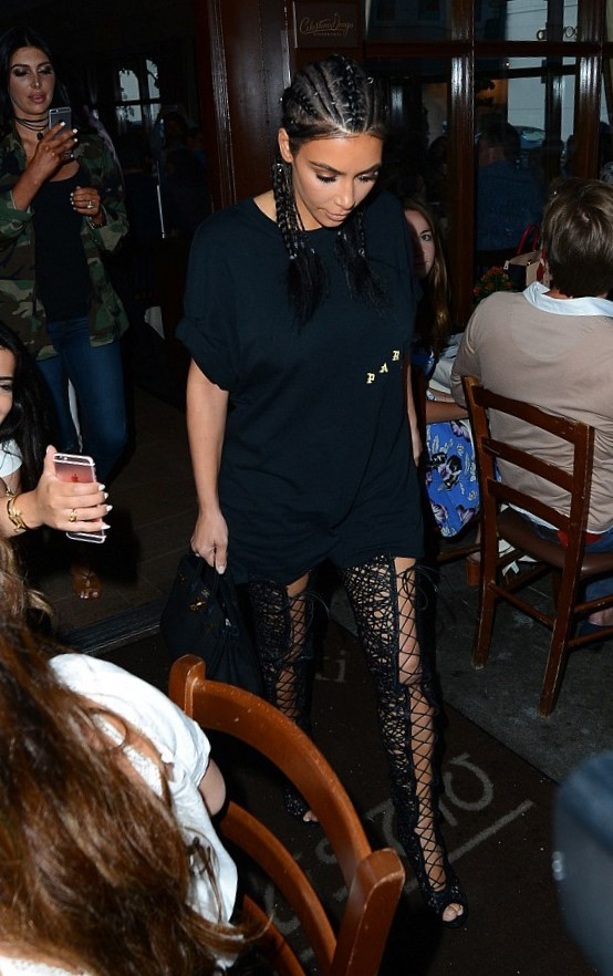 Kim Kardashian magrissima: maxi t-shirt e stivali con lacci