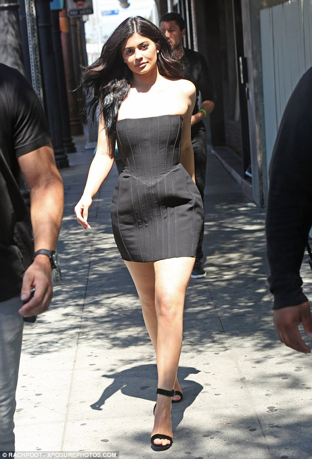 Kylie Jenner: curve esplosive con il tubino cortissimo