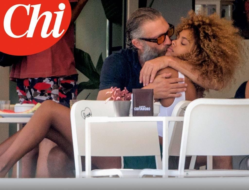 Vincent Cassel e Tina Kunakey: vacanza a Ibiza con nuova fiamma111