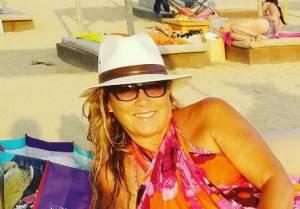 Romina Power fashion in spiaggia con un amico speciale! FOTO