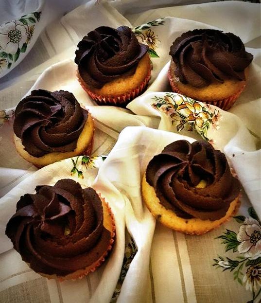 Cupcake alla Vaniglia con Gocce di Cioccolato e Ganache Fondente