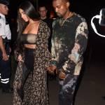 Kim Kardashian a Parigi: pantaloni di pelle di camoscio, cappotto leopardato4