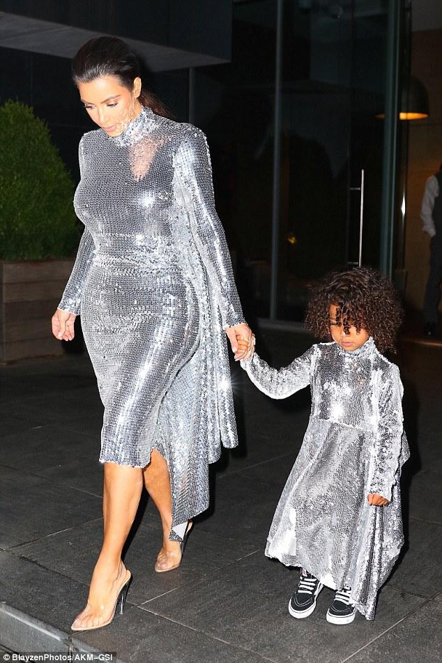 Kim Kardashian, tubino aderente argentato e fisico al top