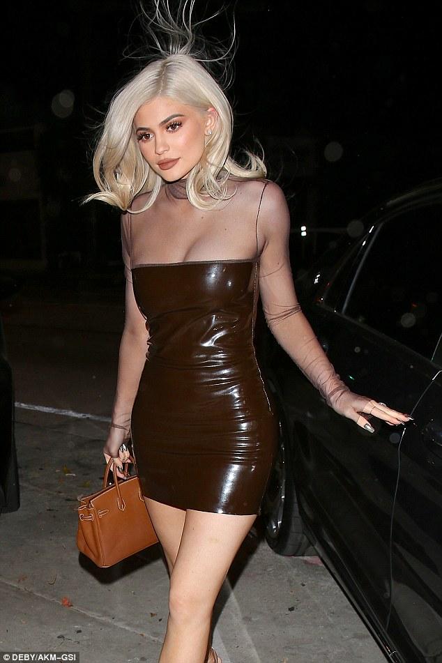 Kylie Jenner esplosiva: tubino marrone cortissimo 7