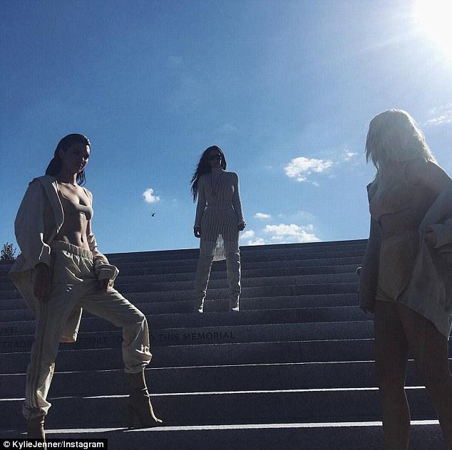 Kylie Jenner scandalosa: shorts cortissimi e top estremo8