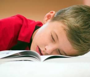 Dormire poco avvicina adolescenti ad alcol e droga
