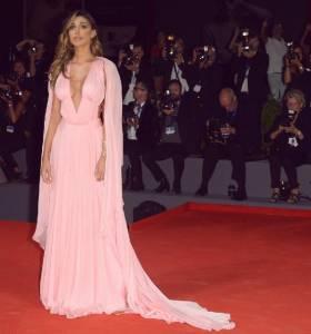 Belen Rodriguez, abito rosa firmato Alberta Ferretti a Venezia