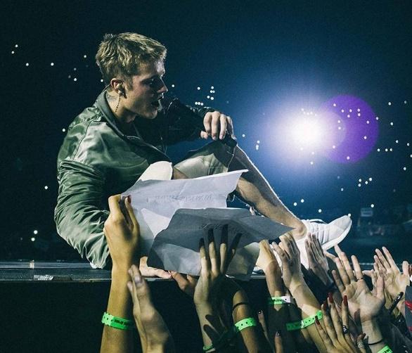 Justin Bieber contro fan: la frase che indigna i Beliebers VIDEO