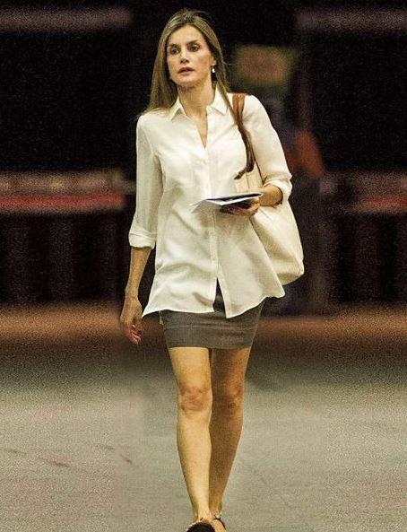Letizia Ortiz in minigonna: gambe perfetta ma...scarpa sbagliata!