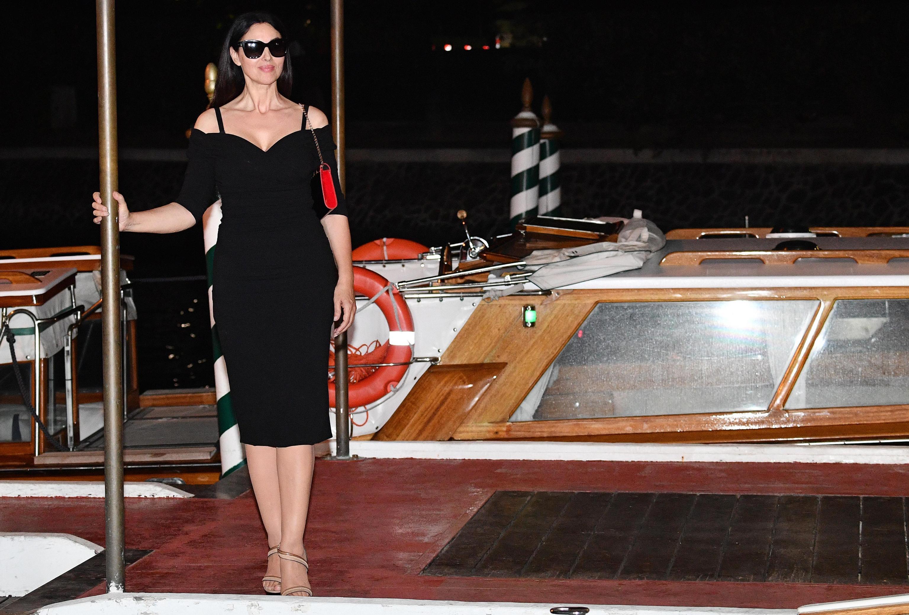 Monica Bellucci, abito nero aderente a Venezia FOTO