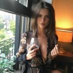 Emily Ratajkowsky sensuale vestaglia da notte... e sotto niente4