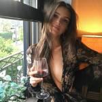 Emily Ratajkowsky sensuale vestaglia da notte... e sotto niente3