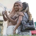 Kylie Jenner, extensions capelli rosa-ora e il reggiseno3