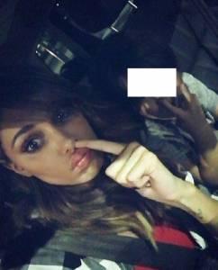 Belen Rodriguez, addio finesse: foto con il dito nel naso