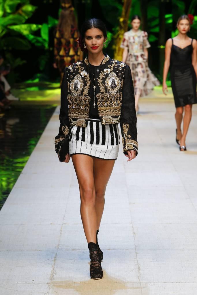 Dolce & Gabbana, i grandi NO della moda: perché i santini? FOTO