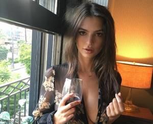 Emily Ratajkowsky sensuale: vestaglia da notte... e sotto niente FOTO66