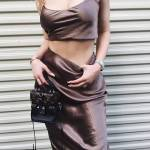 Kylie Jenner: top in raso cortissimo e gonna aderente FOTO