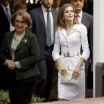 Letizia Ortiz, completo bianco e scarpe pitonate FOTO