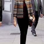 Letizia Ortiz casual: pantaloni neri e giacca multicolor FOTO