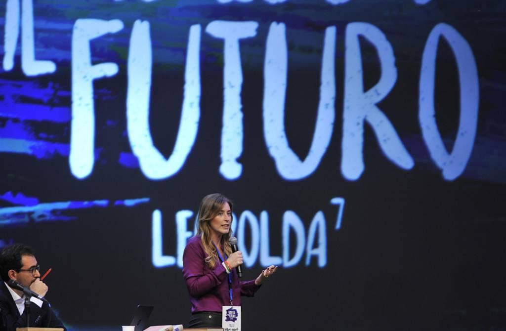 Maria Elena Boschi look: camicia viola e pantaloni neri FOTO