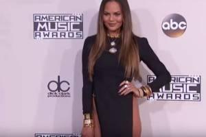 Chrissy Teigen, abito scandalo agli AMA: spacco vertiginoso VIDEO