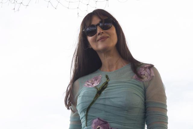 Monica Bellucci, sensuale in abito D&G ma... sbaglia scarpe3