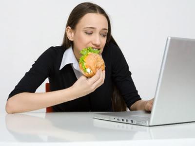 Pausa pranzo davanti al pc? Può far male alla salute