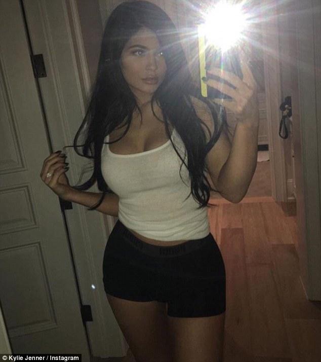 kylie Jenner sensuale bionda o nera, quale preferite999