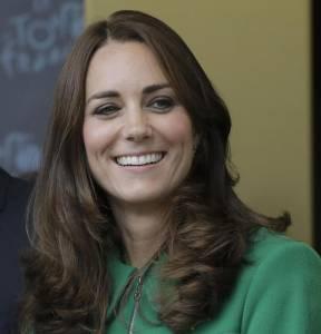 """Kate Middleton muove economia: ecco quanto """"vale"""" la duchessa"""