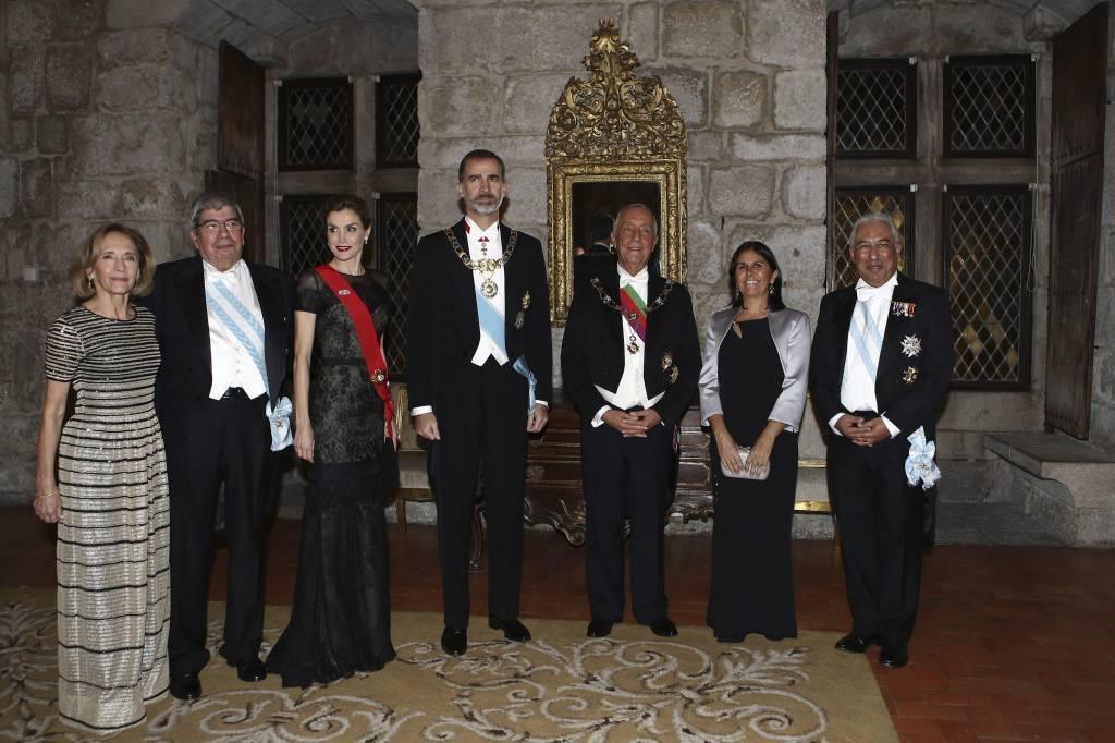 Letizia Ortiz in Portogallo: abito nero lungo e chignon FOTO