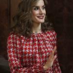 Letizia Ortiz look: pantaloni a vita alta e camicia FOTO