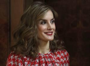 Letizia Ortiz look: pantaloni a vita alta e camicia.La consorte del re Filippo VI di Spagna, nonché attuale regina consorte, 44 anni, continua a regalare lezioni di stile.