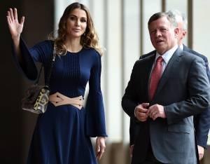 Rania di Giordania incantevole con l'abito blu e tacchi FOTO